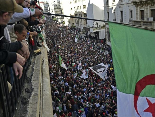 Photo of حشد ضخم في العاصمة الجزائريّة قبيل الانتخابات الرئاسية