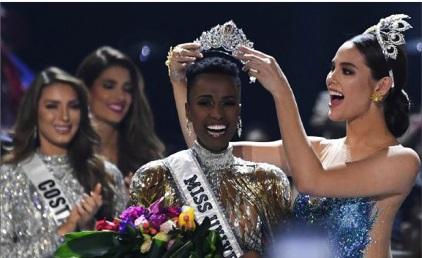 Photo of الجنوب أفريقية تونزي ملكة جمال الكون.. والكولومبية اللبنانية الأصل من 5 النهائيات