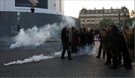 Photo of الشرطة الفرنسية تطلق الغاز المسيل للدموع ضدّ المتظاهرين  والحكومة لن تتراجع عن إصلاح نظام أجور التقاعد