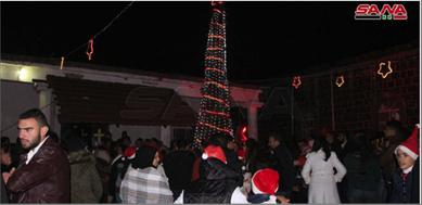 Photo of إضاءة شجرة عيد الميلاد في مدينة إزرع في ريف درعا