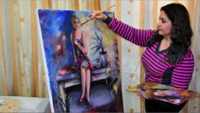 Photo of التشكيلية مجد مكارم تعيش حالة تناغم وعشق مع لوحاتها  وتعبّر عن مكنوناتها وتصوّراتها فيها