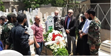 Photo of إكليل زهر على ضريح الشهيد البطلأنس كركوتلي في دمشق