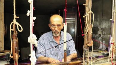 Photo of بنول خشبيّ عمره أكثر من مئة عام…  حرفيّ سوريّ يتفرّد بصناعة حطّة الحرير