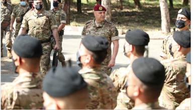 Photo of تفقد الوحدات المنتشرة شمالاً قائد الجيش: العسكريون ينفذون القانون  في مواجهة المشاغبين والمعتدين على الأملاك
