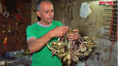 Photo of حرفيّ سوريّ في حمص بأدوات بسيطة يبدع تحفاً نحاسيّة