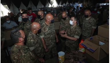Photo of قائد الجيش التقى وفداً بريطانياً وتفقد مركز توضيب المساعدات في «بيال»