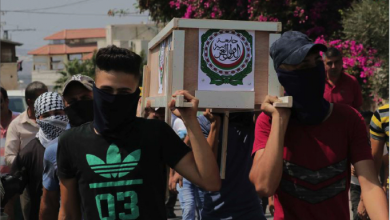 Photo of فلسطينيون «يشيّعون» الجامعة العربيّة  بعد فشلها في إدانة التطبيع مع العدو