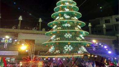 Photo of شجرة الميلاد في بلدة المزينة في ريف حمص الغربيّ تُطلق أجواء العيد