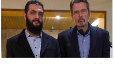 Photo of الجولانيّ المعدّل جينياً يظهر مع صحافيّ أميركيّ دون عمامة ببدلة فرنجيّة وجيل على شعره