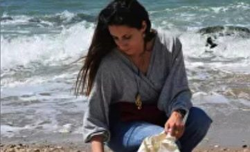 Photo of الفنانة ميرا الشريف: البحر يعلّمنا رسالة تدوير البشاعة جمالاً فنياً